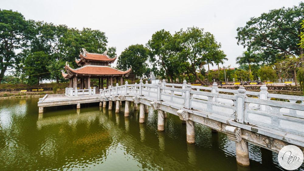 Đền Hát Môn cầu nước