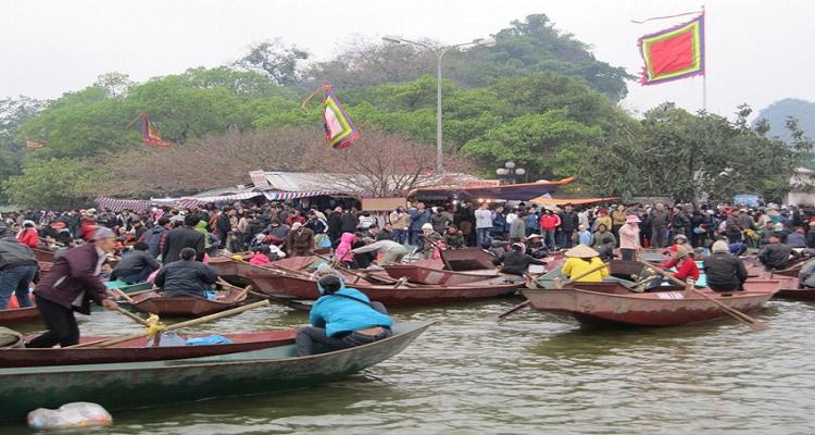 Dòng người đông chúc khi đi chùa Hương