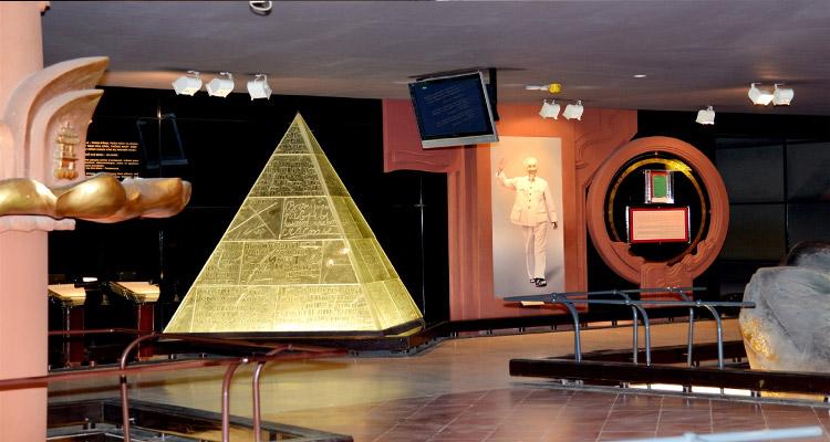 Phần trưng bày tham quan trong Bảo tàng Hồ Chí Minh