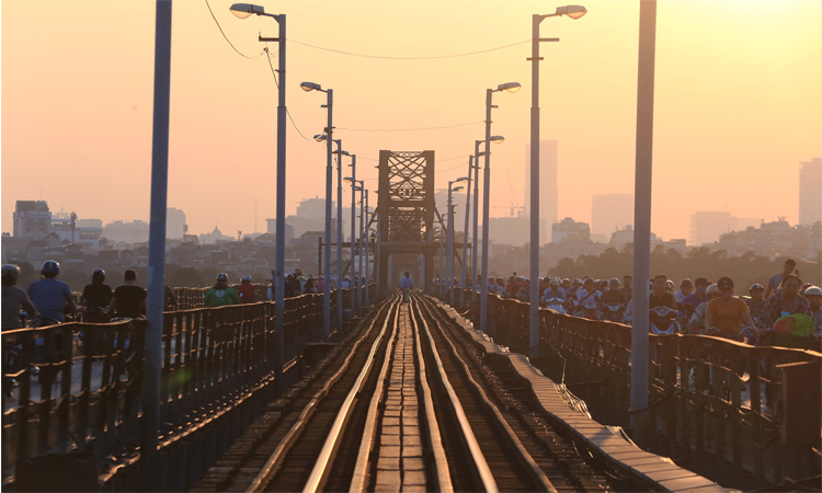 Cầu Long Biên Hà Nội đông đúc