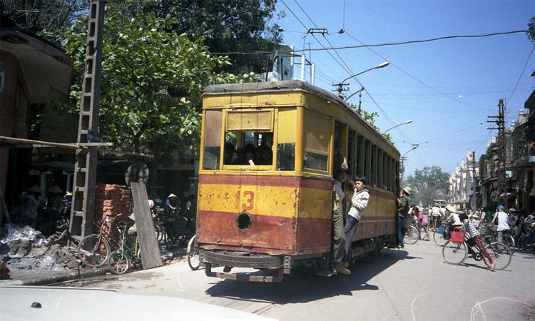 Chợ Đồng Xuân Hà Nội - tàu điện