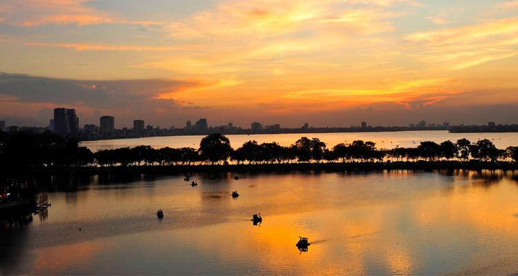 Ảnh Hồ Tây đạp vịt lúc mặt trời lặn