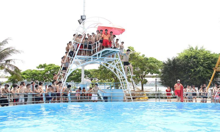 Kinh nghiệm đi công viên nước Hồ Tây - vui chơi dưới nước