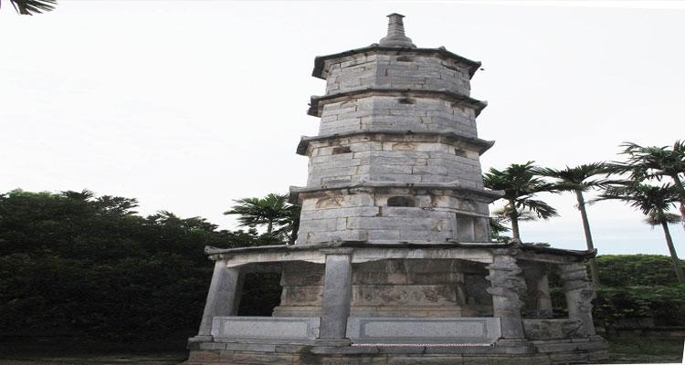 Tháp Báo Nghiêm là một trong những kiến trúc tiêu biểu của chùa Bút Tháp