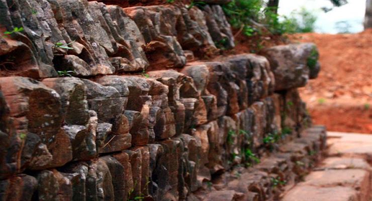 Bệ đá ở chùa Dạm