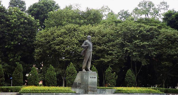 bức tượng Lênin bằng đồng cao 5,2m được đặt trên bệ đá hoa cương cao 2,7m, quay mặt ra đường Điện Biên Phủ.