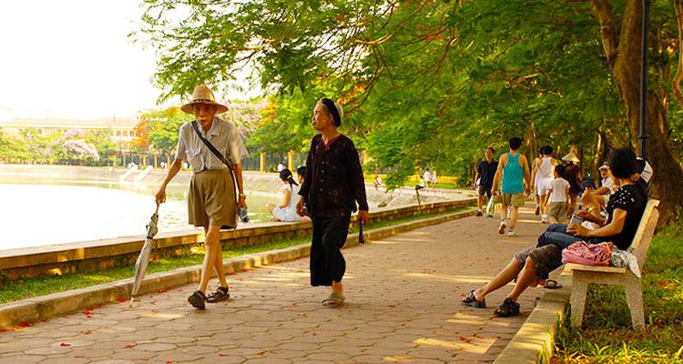 Công viên Nghĩa Đô vào mùa hè