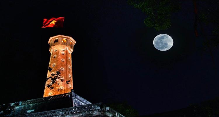 Cột cờ Hà Nội ban đêm