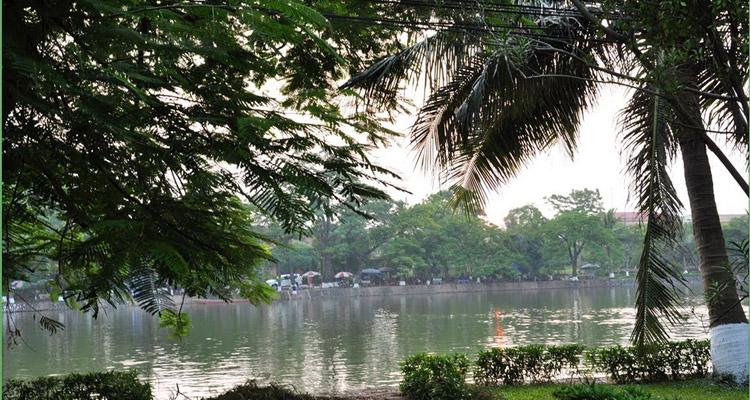 Hồ Bán Nguyệt Đền Mẫu Hưng Yên