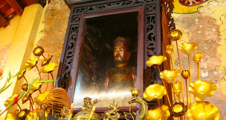 pho tượng Đức Thánh Trần Đền Trần Thương