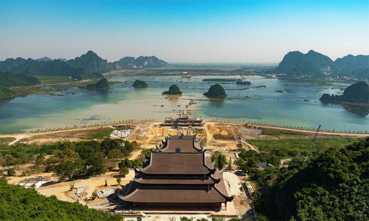 Hình ảnh chùa Tam Chúc - trước mặt là hồ