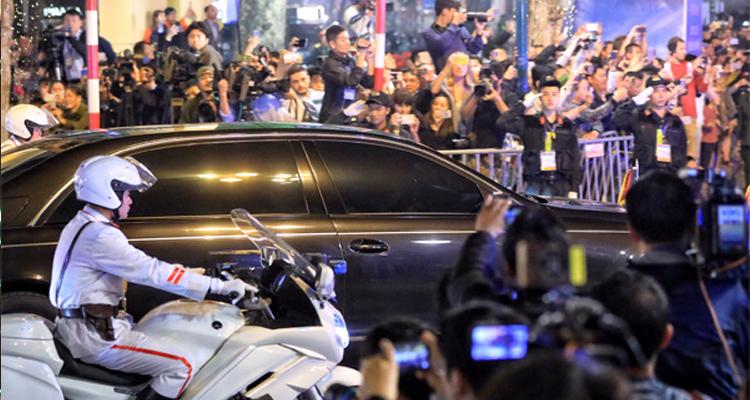 Cái bắt tay lịch sử của ông Trump và Kim tại Hà Nội