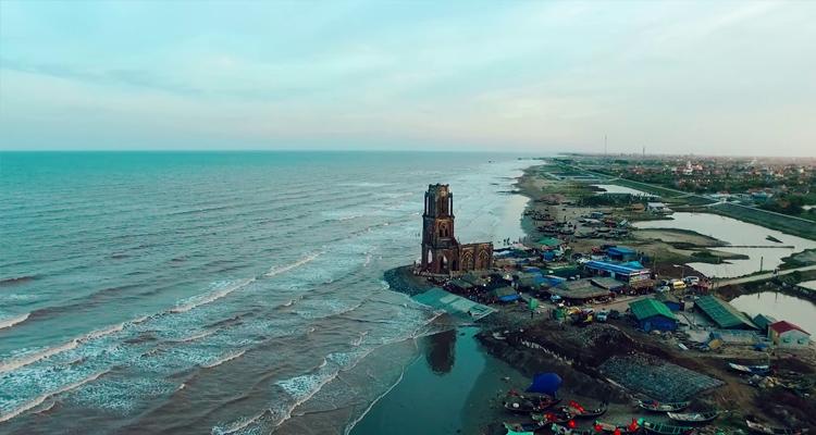 Nhà thờ đổ Hải Lý bên biển