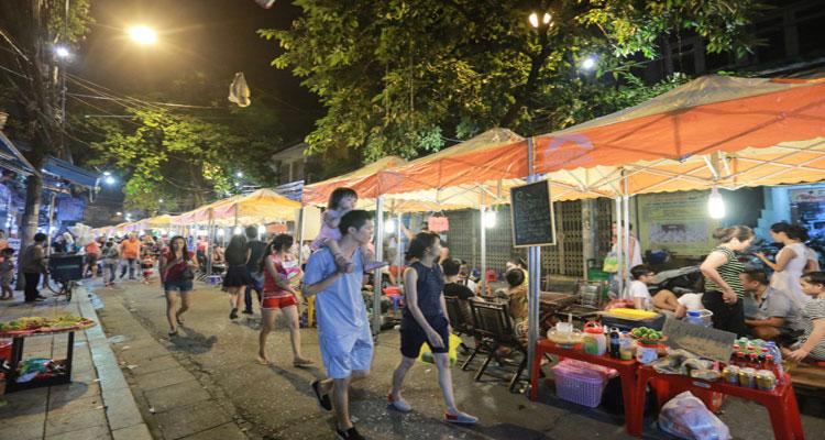 Phố ẩm thực Hàng Buồm là nơi có nhiều món ăn vặt ngon