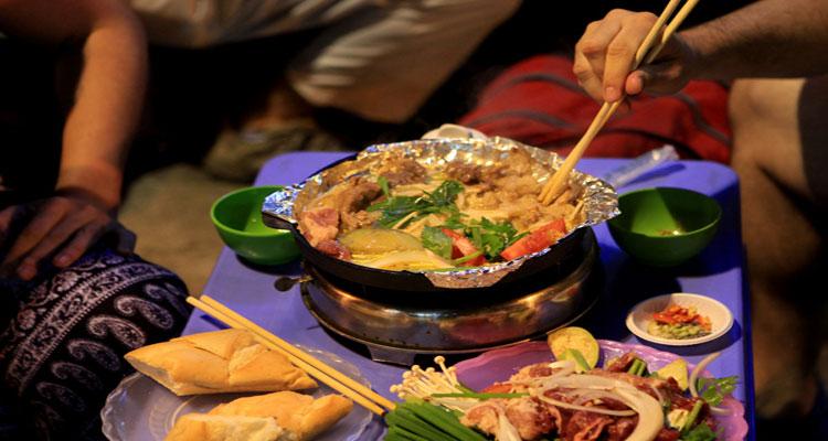 Phố ẩm thực Hàng Buồm đa dạng các món ăn