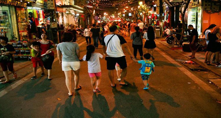 Phố ẩm thực Hàng Buồm gần phố đi bộ Hà Nội
