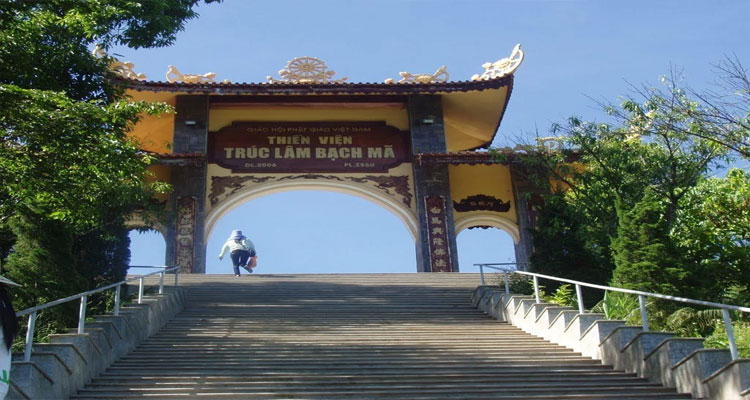 Leo được 172 bậc Tam cấp sẽ nhìn thấy cổng Tam quan của Thiền viện Trúc Lâm Bạch Mã