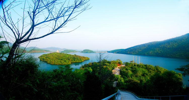 Thiền viện Trúc Lâm Bạch Mã nằm giữa hồ Truồi