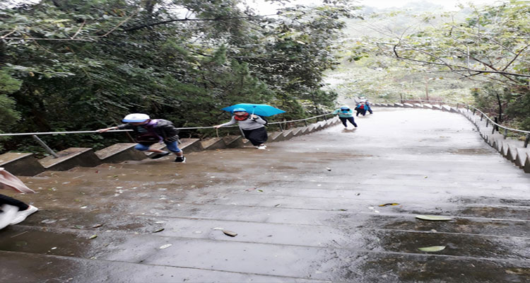 Để đến Thiền viện Trúc Lâm Bạch Mã bạn phảo leo 172 bậc Tam cấp