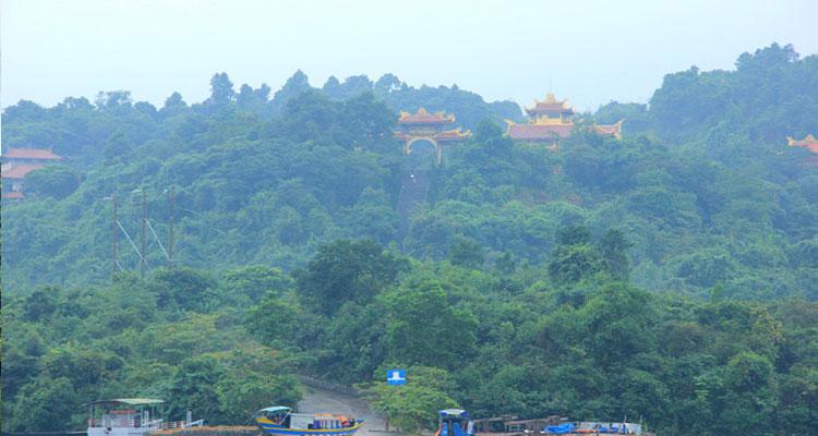 Thiền viện Trúc Lâm Bạch Mã được bao quanh bởi hồ Truồi