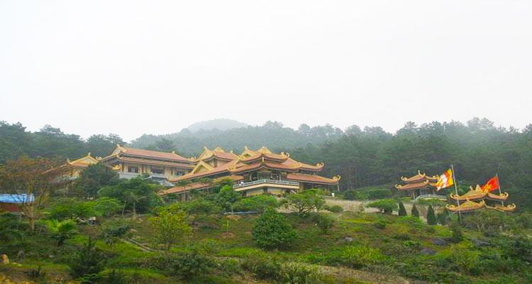 Thiền viện Trúc Lâm Tây Thiên tọa lạc trên một quả đồi ở lưng chừng núi Tam Đảo