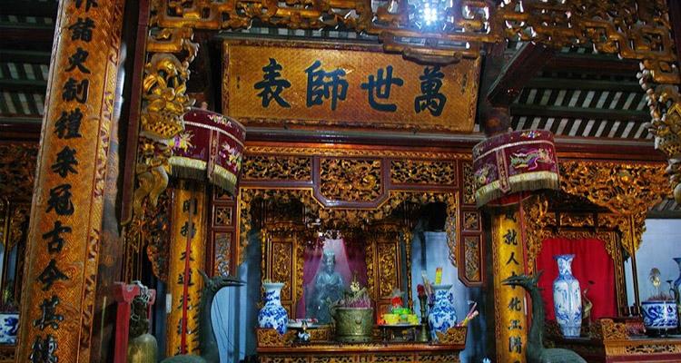 Bàn thờ Khổng Tử Văn miếu Xích Đằng
