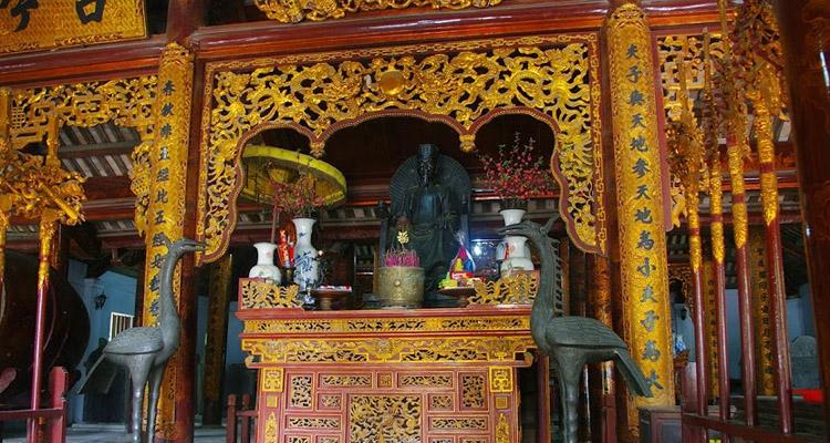 Bàn thờ Chu Văn An Văn miếu Xích Đằng