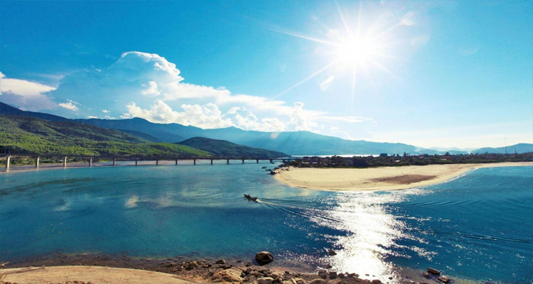 Biển Lăng Cô nằm ở thị trấn Lăng Cô, huyện Phú Lộc, Tỉnh Thừa Thiên Huế