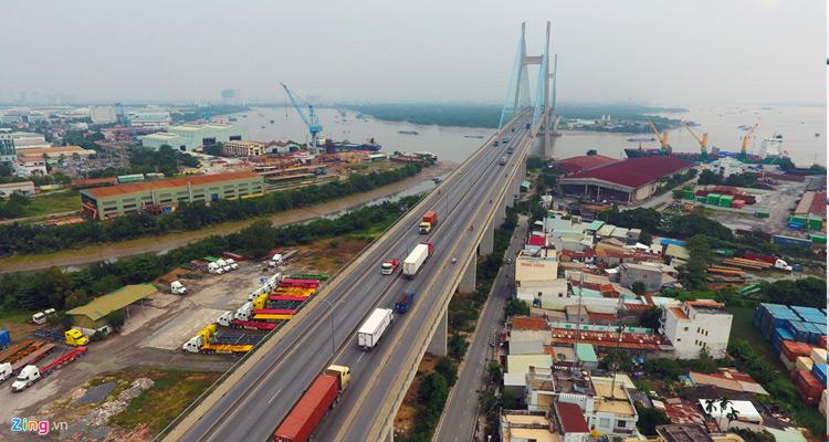 Cầu Phú Mỹ dài hơn 2.000 m, rộng 27,5 m, có 2 làn xe thô sơ, 6 làn xe cơ giới.