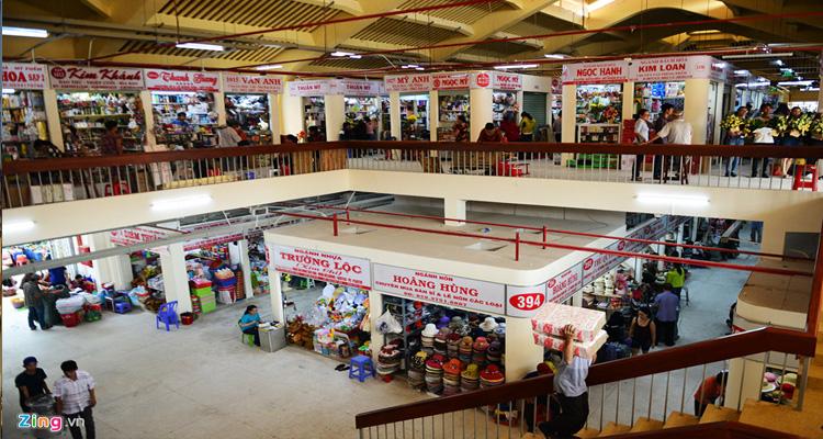 Chợ Bình Tây buôn bán các loại mặt hàng quần áo, đồ ăn,...