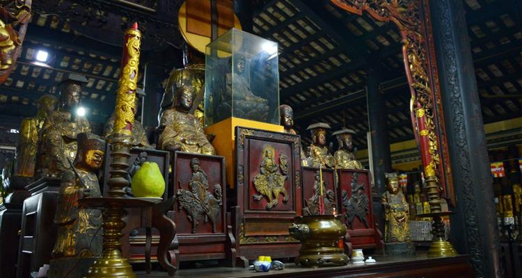 Chùa Giác Lâm - bàn thờ
