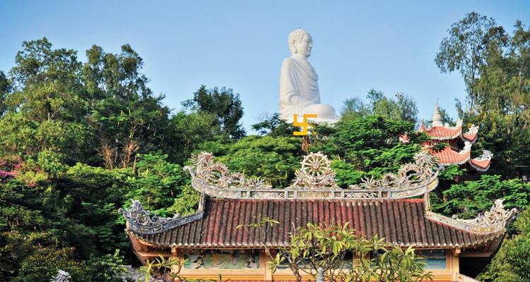Chùa Long Sơn còn gọi là Chùa Phật trắng, tọa lạc ở số 22 trên đường 23 tháng 10, phường Phương Sơn, thành phố Nha Trang, tỉnh Khánh Hòa