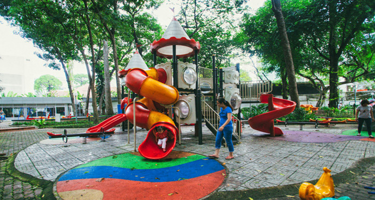 Công viên Tao Đàn có một khu tưởng niệm các vua Hùng và một tháp Chăm nhỏ.