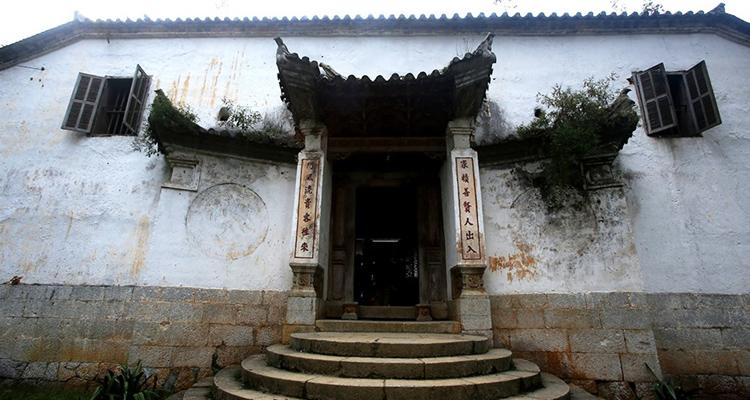 Dinh thự vua Mèo cổng chính vào nhà