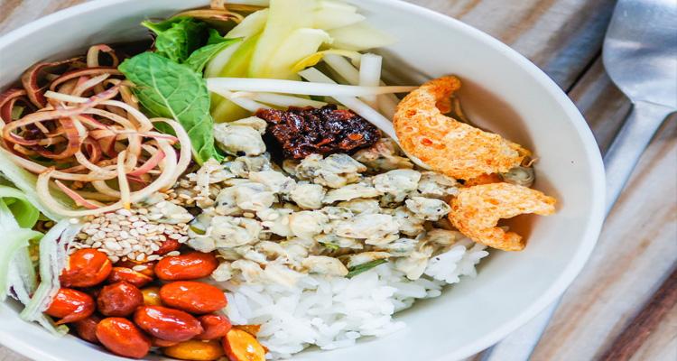 Theo kinh nghiệm du lịch Huế, cơm hến là một món ăn mà bạn không nên bỏ qua khi đến đây.
