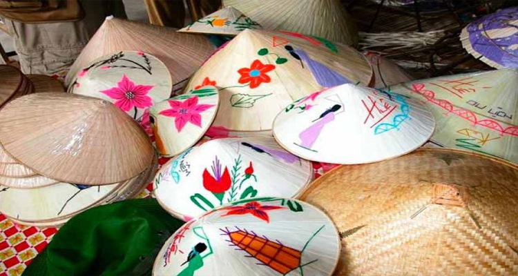 Kinh nghiệm du lịch Huế xin giới thiệu một số đặc sản nổi tiếng ở Huế để các bạn mua về làm quà cho gia đình và bạn bè - nón bài thơ