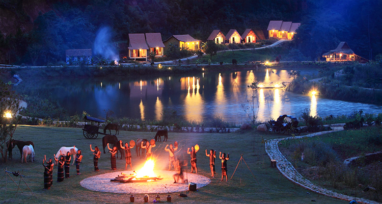 Làng Cù Lần - đốt lửa trại