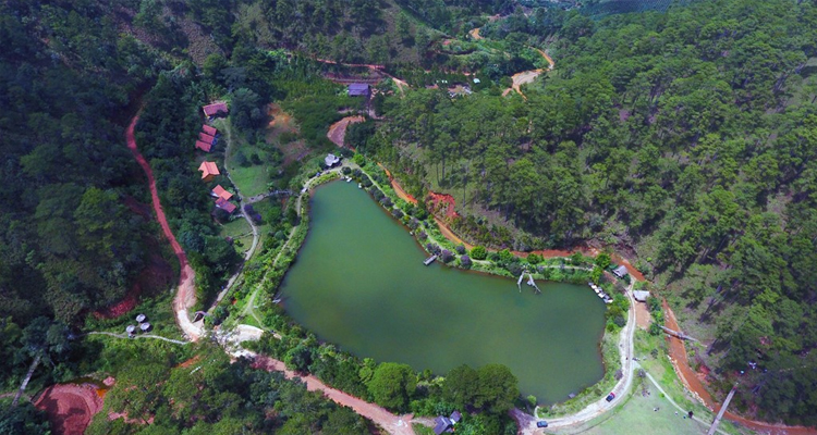 Làng Cù Lần - hồ nước