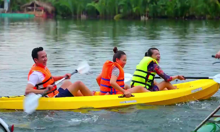 Làng du lịch Tre Việt - bơi thuyền