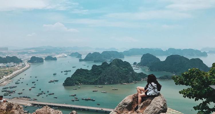 Núi Bài Thơ nằm ở thành phố Hạ Long, tỉnh Quảng Ninh