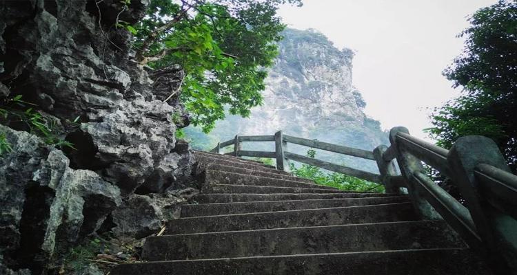 Ngọn núi Bài Thơ Quảng Ninh chỉ cao khoảng 200m nên để chinh phục đỉnh núi này không quá vất vả hay mất sức.