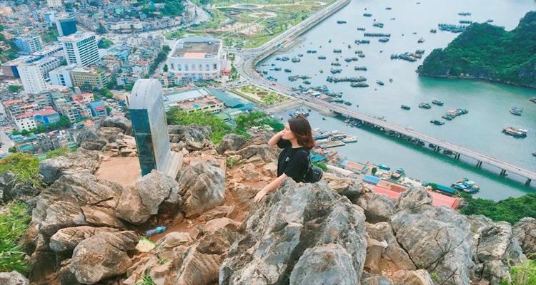 Từ đỉnh núi Bài Thơ, các bạn sẽ nhìn thấy con đường ven biển duyên dáng
