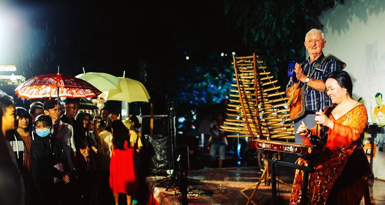 Sài Gòn về đêm - văn nghệ