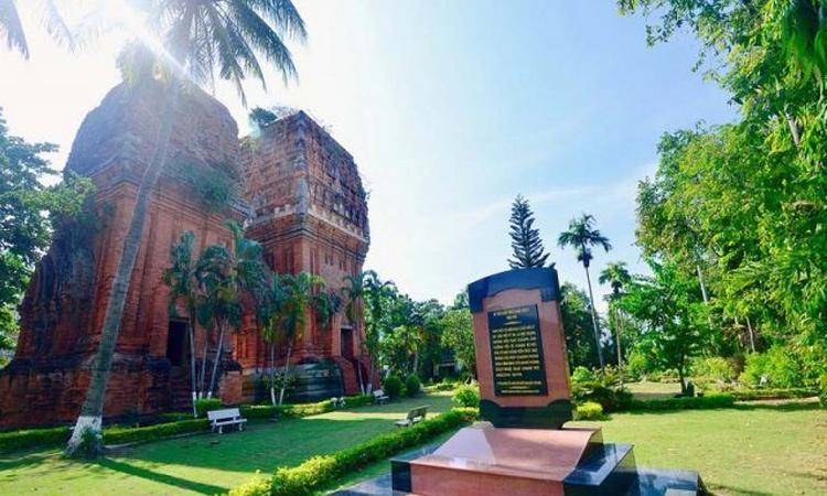 Tháp Đôi - hàng dừa