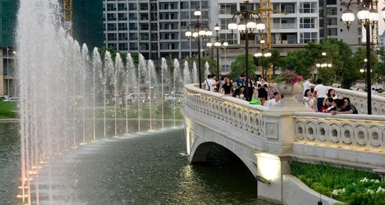 Vinhomes Central Park - cầu đi bộ